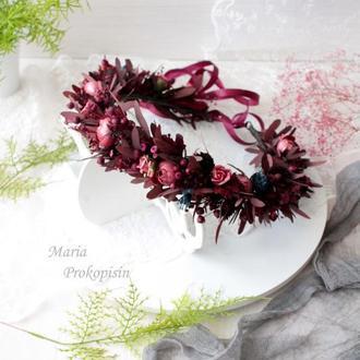Бордовый венок на голову с сухоцветами.