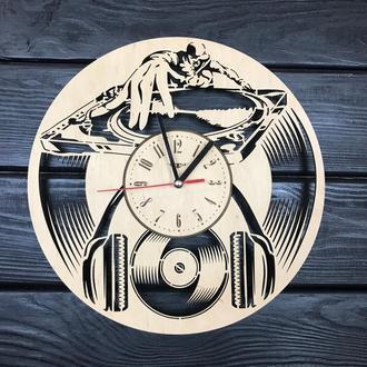 Стильні годинники з дерева на стіну «Діджей»