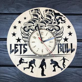 Круглые тематические деревянные часы на стену «Ролики»