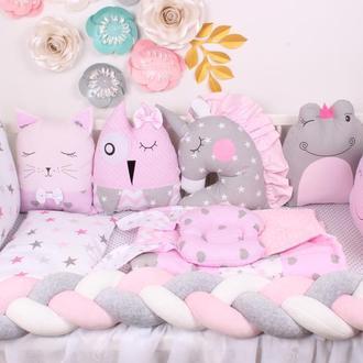 Комплект в кроватку с игрушками и косичкой в серо-розовом цвете