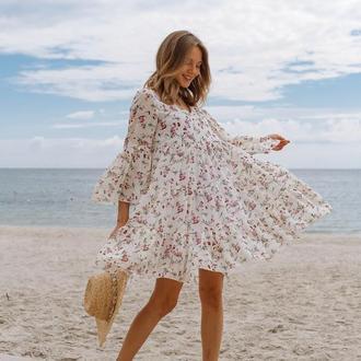 Платье воздушное из шифона с оборками, цвет молочный с цветочным принтом
