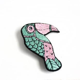 Мятная брошь птица Вышитая брошь тукан розовая Большая брошь на кардиган