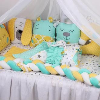 Комплект  с косой и игрушками в кроватку в желто-мятном цвете