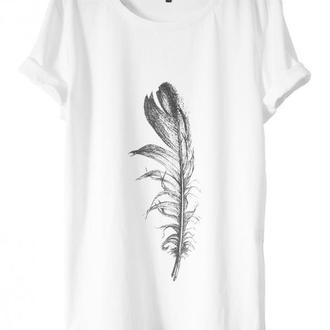 Белая футболка с перышком