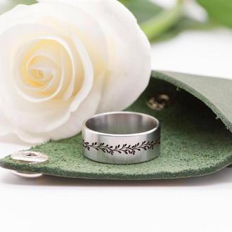Стальное кольцо с рисунком веточки