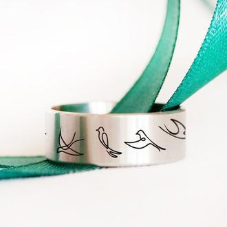 Женской стальное кольцо с гравировкой ласточки