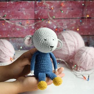 Вязаный маленький мышонок .Подарок новорожденному.Игрушка для фотосессии. Декор.