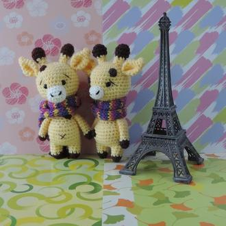 Жираф в разноцветном шарфике вязаная игрушка