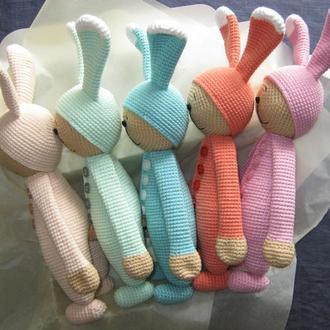 Вязаная игрушка заяц в пижаме. Банни спит.