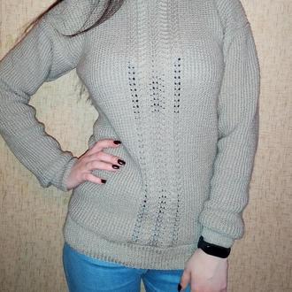 Серый свитер с ажурной дорожкой.