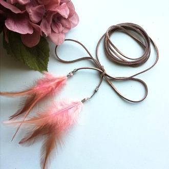 Декоративный пояс шнурок с перьями бежево-розовый
