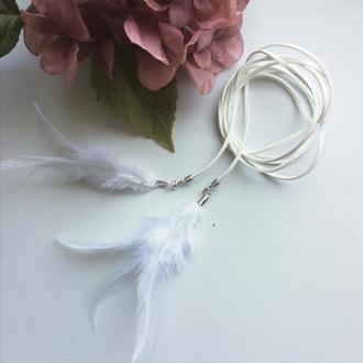 Декоративный пояс шнурок с перьями белый