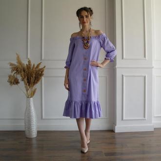 Лавандовое летнее льняное платье с открытыми плечами и пышными рукавами