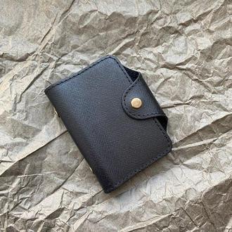 Кардхолдер из натуральной кожи чёрного цвета с тиснением на кнопке