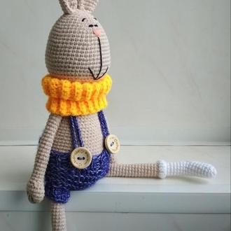 Кролик вязаный в шортах