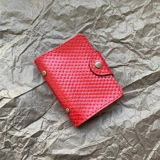 Кардхолдер из натуральной кожи красного цвета с тиснением на кнопке