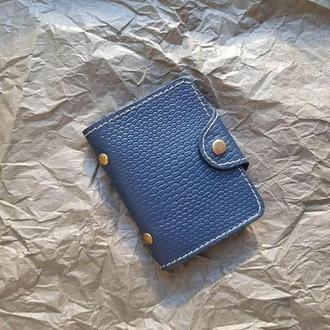 Кардхолдер из натуральной кожи синего цвета с тиснением на кнопке