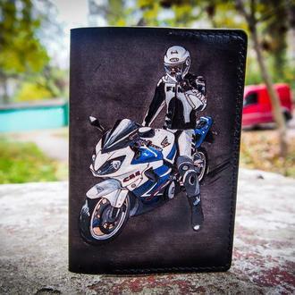 Кожаная обложка для паспорта мотоциклист, кожаная обложка на паспорт подарок мотоциклисту