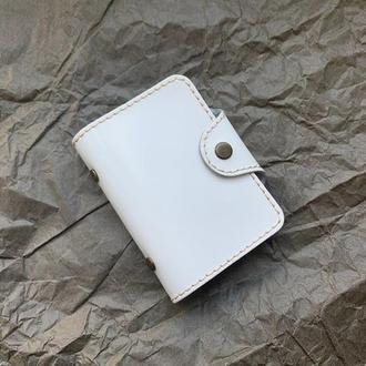 Кардхолдер из натуральной кожи ,белого цвета на кнопке