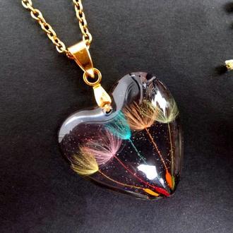 Кулон сердце из смолы с одуванчиками
