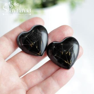 Брошь с семенами одуванчика на черном фоне • Черная Брошь сердце с одуванчиком в смоле