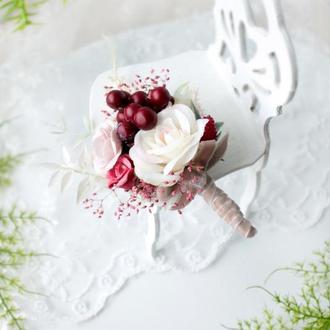 Бутоньерка с цветами и ягодами.