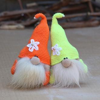 Братья гномы вязаные шапки, Оранжевый и жёлтый гномы