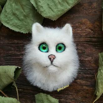 Войлочная брошь белая кошка брошка из шерсти валяная