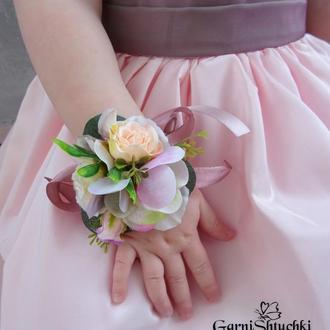 Цветочная бутоньерка на руку