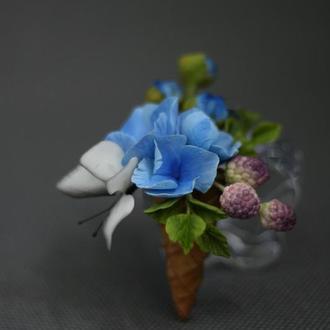 Брошь, вафельный рожок с цветами, ягодками и бабочкой ручной работы .