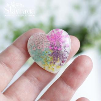 Брошь сердце с разноцветными цветами на белом фоне • Яркая брошь сердце с разноцветными цветами