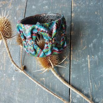 Яркий летний разноцветный браслет с рисунком из мелких квадратиков, напоминающих восточную ткань