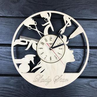 Круглые большие деревянные часы в парикмахерскую