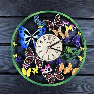 Цветные настенные часы из дерева с бабочками