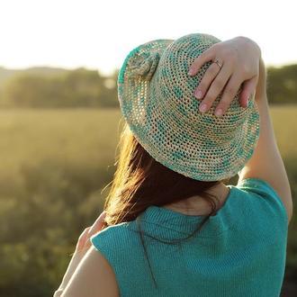Летняя шляпа из рафии бирюзово-бежевая с декором