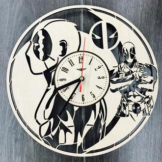 Стильные молодежные настенные часы «Дэдпул»