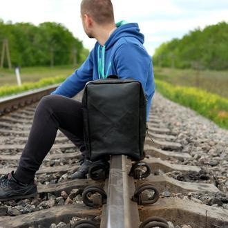 Черный кожаный рюкзак под ноутбук
