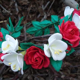 Веночек с красными розами и белой фрезией