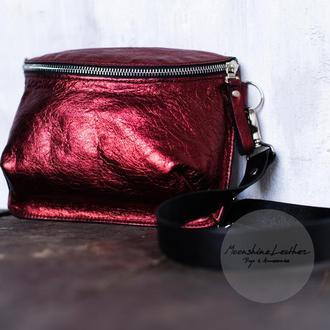 Маленькая сумка через плечо / Кроссбоди / Поясная сумка из металлической кожи бордового цвета