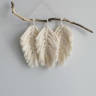 Небольшое макраме панно с перьями