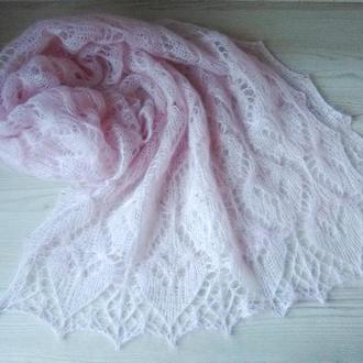 Нежно-розовый палантин из мохера