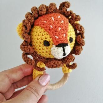 Желтый лева погремушка