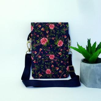 Маленькая сумка через плечо для документов и телефона.