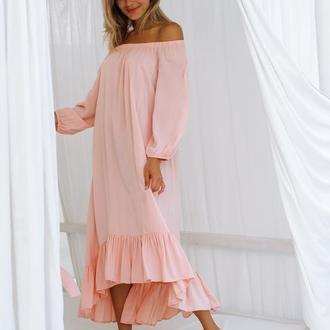 Платье с открытыми плечами и оборкой