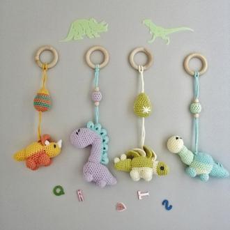 Подвесные вязаные динозаврики. Игрушки для малышей.