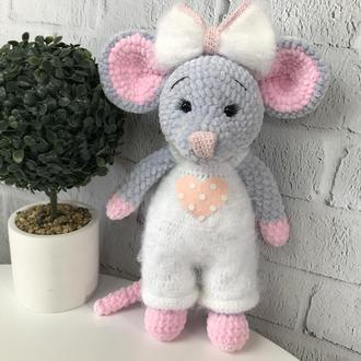 Детская игрушка  вязаная «Мышка в комбенезоне»