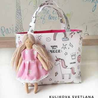 Кукла с одеждой и постелью в сумочке
