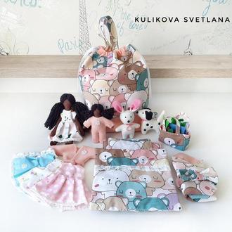 Кукла с одеждой в сумке