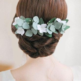 Свадебный гребень с цветами и зеленью эвкалипта