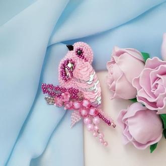 Розовая брошь птица из бисера